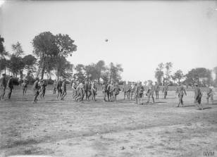 Troupes britanniques jouant un match de football près de Bouzincourt [Troops of the 1st Battalion, Wiltshire Regiment, playing football near Bouzincourt, September 1916] © IWM (Q 1109)