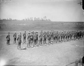 Troupes britanniques prêtes à l'inspection de leur équipement [Troops ready for the kit inspection. Carnoy Valley, July 1916] © IWM (Q 4026)
