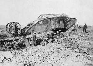 Char d'assaut britannique Mark I durant la bataille de la Somme près de Thiepval, en septembre 1916 [Mark I 'Male' Tank of 'C' Company that broke down crossing a British trench on its way to attack Thiepval on 25th September 1916 during the Battle of the Somme.] © IWM (Q 2486)