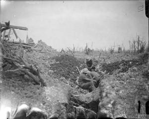 Troupes britanniques creusant des tranchées de communication à Ovillers, en juillet 1916. [Troops of the Worcestershire Regiment (48th Division) digging a communication trench at Ovillers, July 1916.] © IWM (Q 3986)