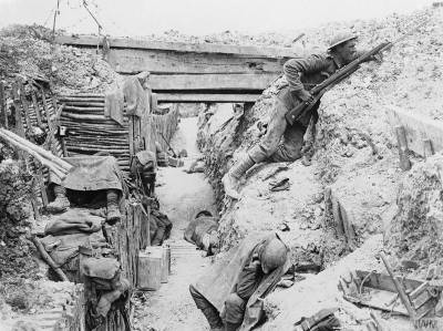Soldats occupant une tranchée allemande à Ovillers la Boisselle [Soldiers of 'A' Company, 11th Battalion, the Cheshire Regiment, occupy a captured German trench at Ovillers-la-Boisselle on the Somme] © IWM Q 3990