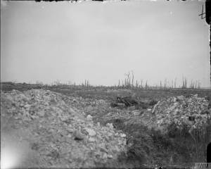 Les ruines du village d'Ovillers capturée aux Allemands le 16 juillet 1916. [The ruins of Ovillers taken from the Prussian Guard on 16/17 July 1916. A dead German in the foreground. July 1916.] © IWM (Q 3992)