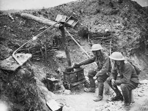 Deux soldats britanniques cuisinant dans une tranchée à Ovillers en juillet 1916 [Two soldiers cooking in a trench at Ovillers with a scrounged stove. July 1916.] © IWM (Q 3993)