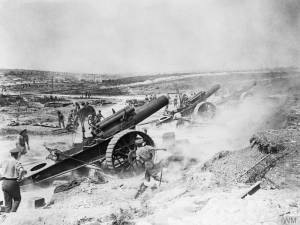 Artillerie britannique durant la bataille de la Somme. [Three 8 inch howitzers of 39th Siege Battery, Royal Garrison Artillery (RGA), firing from the Fricourt-Mametz Valley during the Battle of the Somme, August 1916.] © IWM (Q 5817)