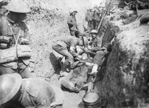 Troupes dans les tranchées de Beaumont-Hamel en juillet 1916 [Wounded men of the 1st Battalion, Lancashire Fusiliers, being tended in a trench in the 29th Division's area near Beaumont Hamel on the morning of the initial assault, 1st July 1916.] © IWM (Q 739)