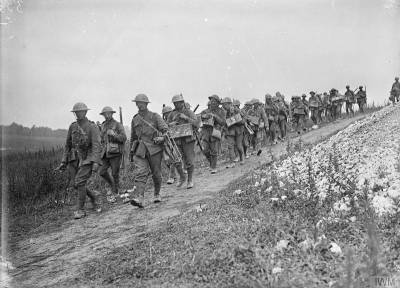 Un bataillon chargé du ravitaillement en bombes dans le secteur de La Boisselle, le 6 juillet 1916. [Bomb carrying party of the 1st Battalion, Sherwood Foresters (Nottinghamshire & Derbyshire Regiment) going up to the front line at La Boisselle, 6th July 1916.] © IWM (Q 780)