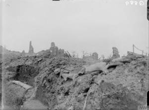 Tranchée de communication britannique dans le village d'Ovillers en ruines, en juillet 1916 [British communication trench running through the ruined village of Ovillers, July 1916.] © IWM (Q 889)